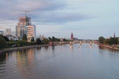 Река и город в вечере основа frankfurt Германии Стоковые Изображения