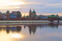 Река и город кирпича на заходе солнца Стоковая Фотография