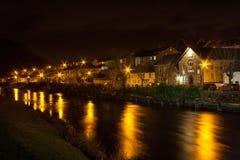 Река и городок на ноче Стоковое Фото