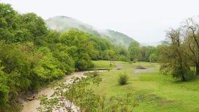 Река и горы горы в облаках акции видеоматериалы