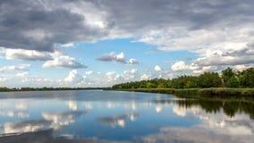 Река и драматическое cloudscape после дождя Изменение погоды Стоковые Изображения RF