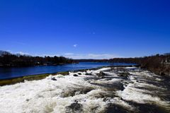 Река и деревенский вид Стоковые Изображения