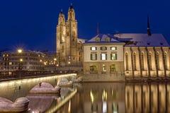 Река и монастырская церковь в Цюрихе Стоковая Фотография RF