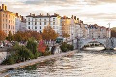 Река и мост в городе в Франции Стоковые Фото