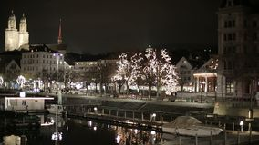 Река и мост между башнями в Цюрихе Швейцарии сток-видео