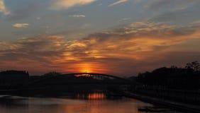 Река и мост на времени захода солнца, свете неба на зоре и сумерк Стоковое Изображение
