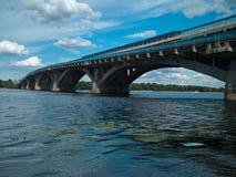 Река и мост Dnipro Стоковое Фото