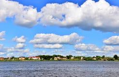 Река и облака, день лета горячий Стоковые Фото