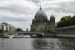 Река и собор Стоковое Фото