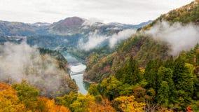 Река и brige Tadami в сезоне осени Стоковое Изображение