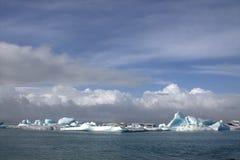 Река и icefloat Jokulsarlon ледниковые на реке Стоковое Изображение RF