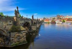 Река Карлова моста (Karluv больше всего), замка Праги и Влтавы взгляд городка республики cesky чехословакского krumlov средневеко Стоковые Фотографии RF
