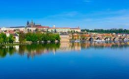 Река Карлова моста (Karluv больше всего), замка Праги и Влтавы взгляд городка республики cesky чехословакского krumlov средневеко Стоковая Фотография RF