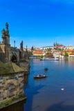 Река Карлова моста (Karluv больше всего), замка Праги и Влтавы взгляд городка республики cesky чехословакского krumlov средневеко Стоковое фото RF