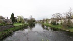 Река Кент пропускает через Kendal, Cumbria сток-видео