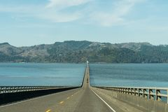 Река Колумбия на своем рте пересеченном мостом Astoria - Megler в Astoria, США стоковые изображения