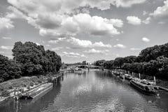 Река, корабли и мост в Париже, Франции на естественной предпосылке стоковое фото rf