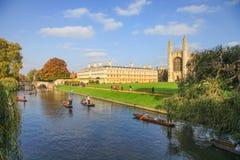 Река кулачка с коллежем ` s короля в Кембриджском университете под голубым небом Стоковые Фотографии RF