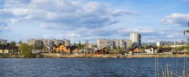 река ландшафта kremlin города отраженное ночой Жилые дома на береге озера Стоковые Изображения RF