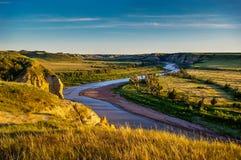 Река Малая Миссури в неплодородных почвах Северной Дакоты Стоковые Фото
