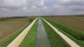 Река между 2 полями стоковое фото