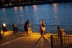 Река Москвы ночи набережной Стоковые Фото