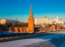 Река Москвы около солнечного Кремля в зиме Стоковое Фото