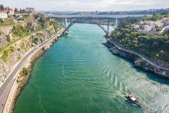 Река моста Порту воздушное с шлюпкой Стоковые Фотографии RF