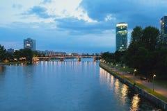 Река, мост и город вечера основа frankfurt Германии Стоковая Фотография