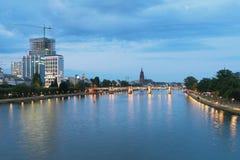 Река, мост и город в вечере основа frankfurt Германии Стоковые Фотографии RF