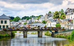 Река, мост и красочные старые дома Josselin, красивая деревня французской Бретань стоковое изображение