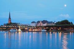 Река, мост, обваловка и церковь вечера основа frankfurt Германии Стоковые Фотографии RF