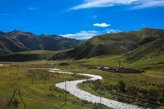 река на злаковике Ruoergai, Xiahe, Gannan, Китае стоковое изображение