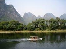 Река на холмах предпосылки Стоковое фото RF