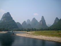 Река на холмах предпосылки Стоковая Фотография