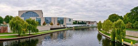 Река оживления и федеральное ведомство канцлера, Берлин, Германия стоковое изображение