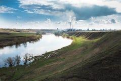 Река около города Стоковое фото RF
