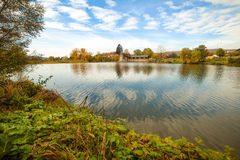 Река осени, красочные деревья около воды в деревне Стоковые Фото