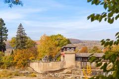Река осени, красочные деревья около воды в деревне Стоковые Изображения RF