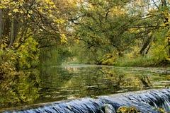 Река осени перед шлюзом Стоковые Изображения