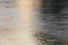 Река отражения и дерево тени в заходе солнца воды красивом nat Стоковые Изображения