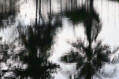 Река отражения и дерево тени в природе воды красивой Стоковая Фотография