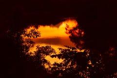Река отражения и дерево тени в природе захода солнца воды красивой Стоковое Изображение RF