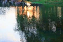Река отражения и дерево тени в природе захода солнца воды красивой Стоковое Фото