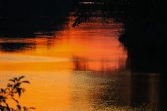 Река отражения и дерево тени в природе захода солнца воды красивой Стоковые Изображения