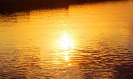 Река, отражения Солнця Стоковые Фото