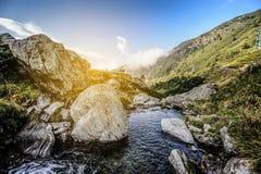 Река от захода солнца горы стоковое изображение rf