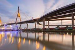 Река пересечения висячего моста и шоссе противостоит на сумерк, Бангкоке Стоковые Изображения RF