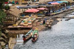 Река песни Nam в Vang Vieng, Лаосе стоковые фото