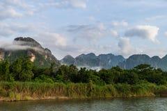 Река песни, Vang Vieng, Лаос, взгляд Стоковые Изображения